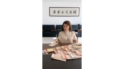 美女往工资袋装钱牌匾文字宣传